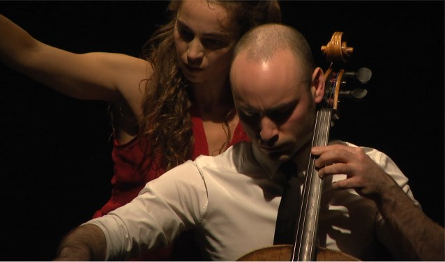 Danseres Heather Ware en cellist Jakob Koranyi. Hun programma Reapproaching Bach is te zien op zondag 5 augustus in De Sigarenfabriek.