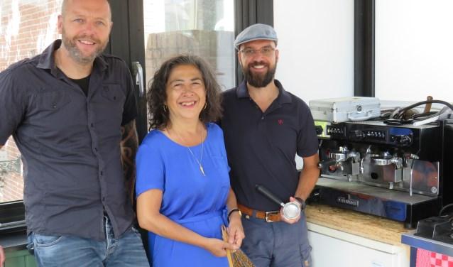 Hein Laakes, Loly Tentuwa en Herbert van Schelven zijn trots op het nieuw geopende Koffiehuisje op de Brug