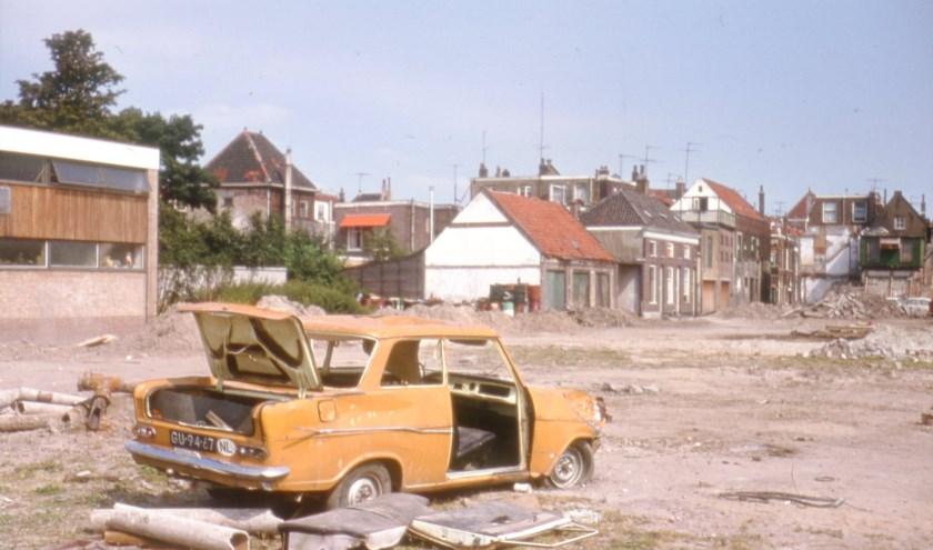 Gesloopte auto op braakliggend terrein In de Veste, circa 1970 (TMS 259458) (foto: Arie Schüller)