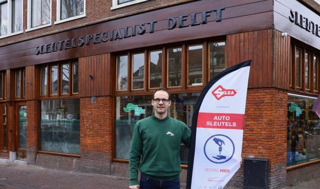 Jeroen van der Werf voor de nieuwe winkel op de hoek van de Choorstraat.