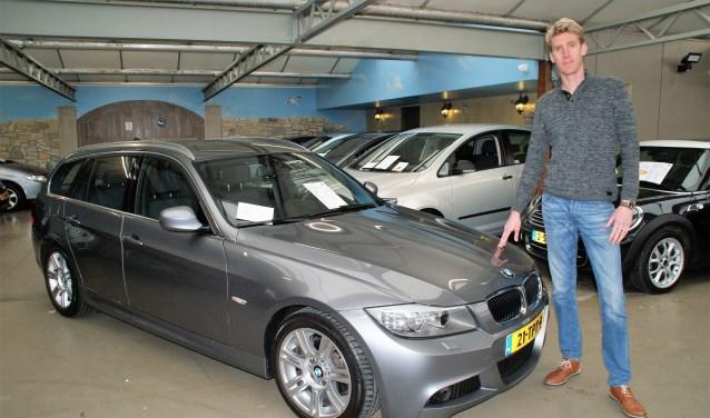 Verkoopadviseur Stefan van Steenderen bij de BMW 318i Touring M-sport Edition in nieuwstaat.