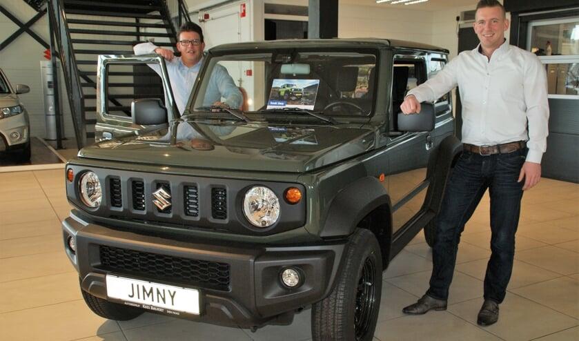 Wouter de Vos (links) en Remco Dam bij de vernieuwde Suzuki Jimny, nu beschikbaar in de showroom!