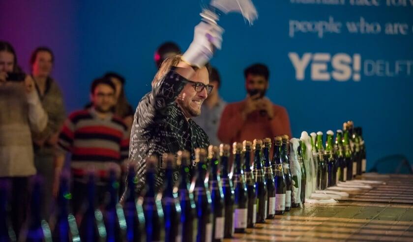Wouter Robers in actie tijdens het sabreren van champagneflessen