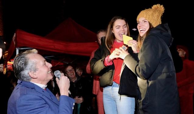 Gé Kleijweg (l.)  met de eerste winnaars van de Kleurrijke Delvenaar-trofee, Femke en Kim Verhoeff.