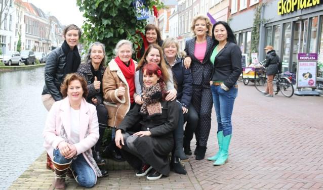 Alle 'juttende' vrouwen die ondernemen aan het Vrouwjuttenland verenigd. In het midden, met rode das, Ria van Dien.