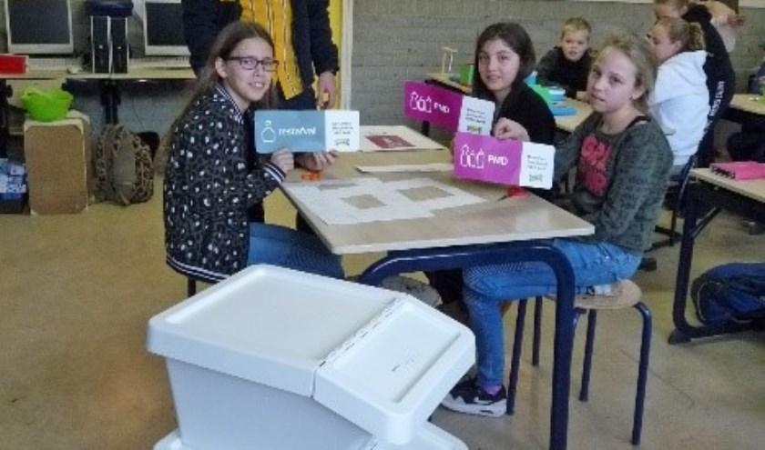 De afvalbakken werden door de basisschool-leerlingen in dankbaarheid aanvaard...