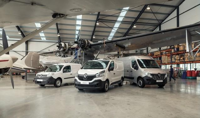 De drie modellen bedrijfswagen van Renault, voor deze gelegenheid in een hangar.