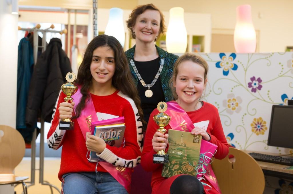 De twee prijswinnaars poseren trots met hun gewonnen beker Foto: Marjolein Jense © RODI Media-zh