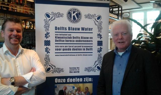 Kruydt manager Dennis Vos (links) en Kiwanis lid Pim Steendam maken reclame voor het Delfts Blauw Water project