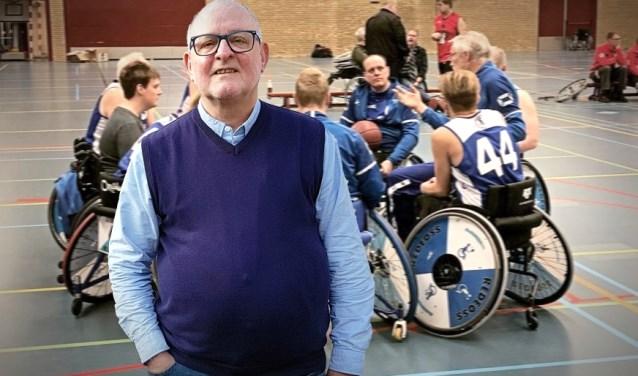 Wim Plomp, voorzitter van REDEOSS bij het rolstoelbasketbal.