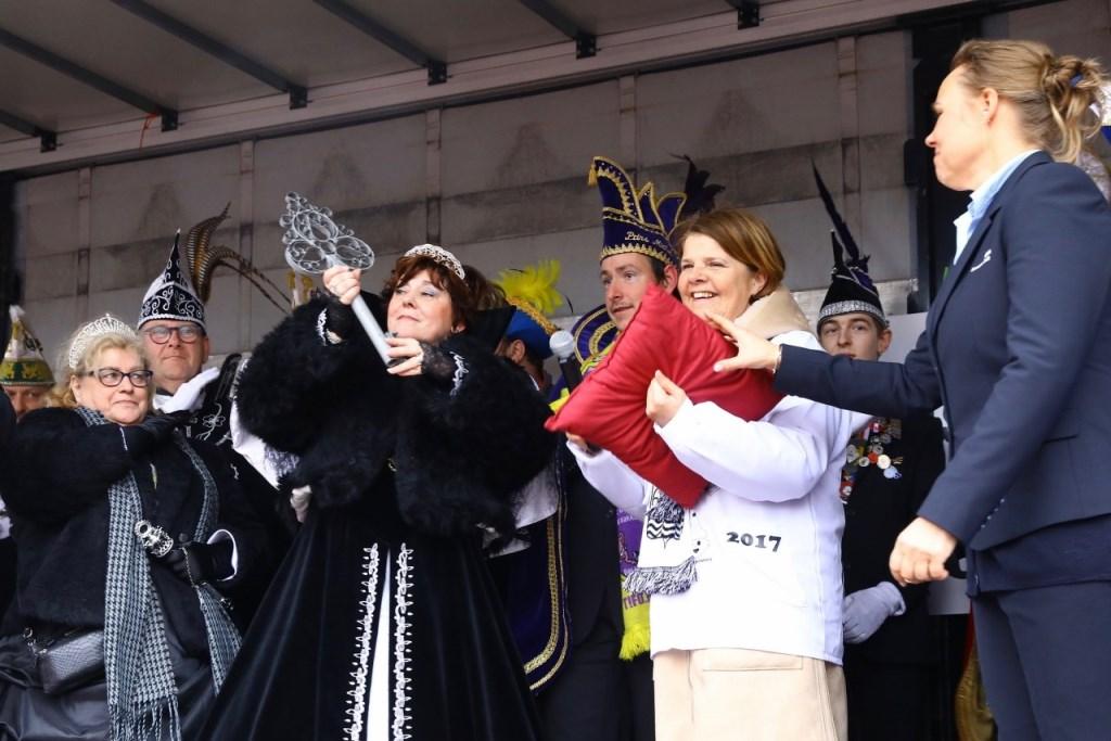De sleutel van de Delft is overhandigd aan de Carnavalsvierders, in de persoon van de Stadsprins, en heet voorlopig Kabbelgat.  © RODI Media-zh