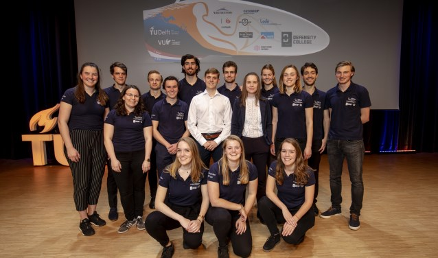 Het Human Power Team met 'Chief' Linda (geheel rechts 2e rij) is klaar om het record te verbreken (Foto: Bas de Meijer)