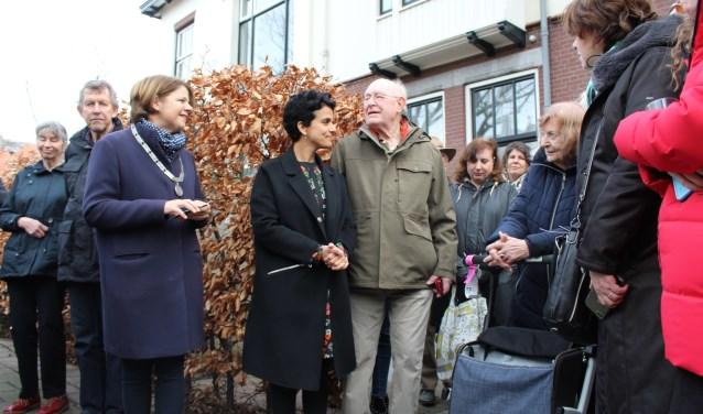 Burgemeester van Bijsterveldt sprak met de familie, waaronder de 90-jarige Reni Linssen-Jeidels. (Foto: EvE)