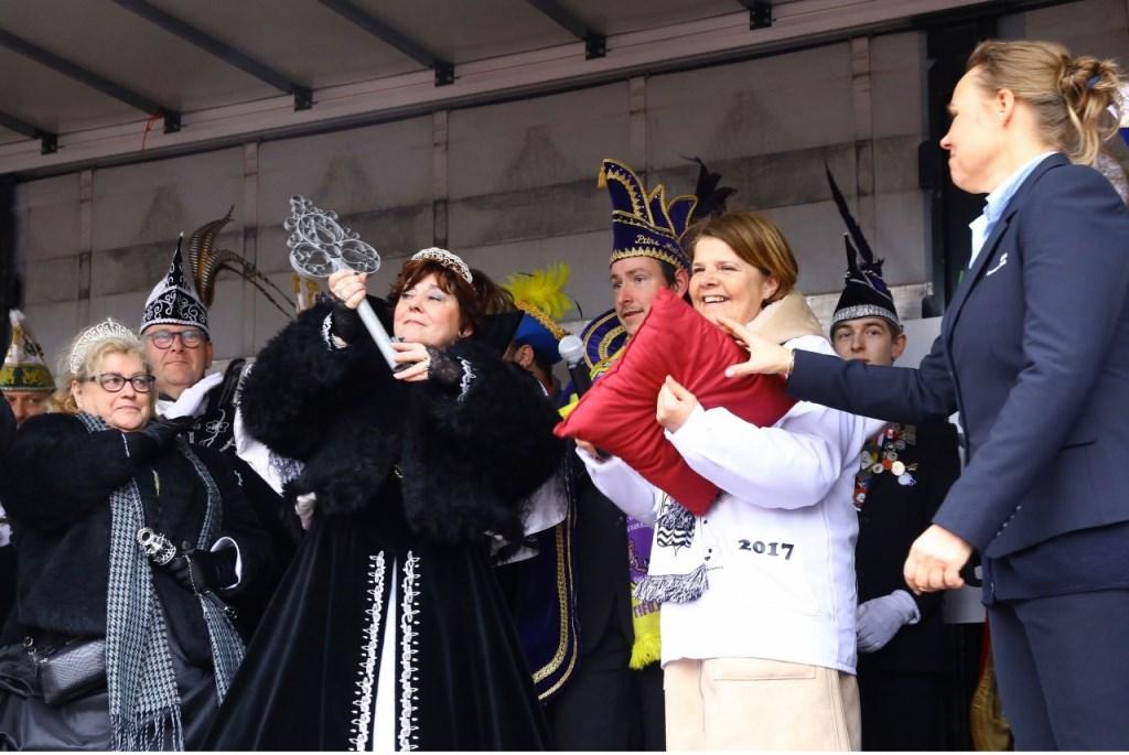 De sleutel van de stad is overhandigd door burgemeester Van Bijsterveldt aan de Carnavalsvierders in de persoon van Stadsprinses Astrid de 1ste, Kabbelaar de 43ste: de stad heet voorlopig weer even Kabbelgat.  © RODI Media-zh