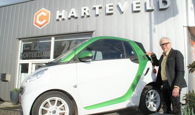 Directeur Leo Harteveld toont de Smart Fortwo Electric Drive bij de entree van zijn autobedrijf.