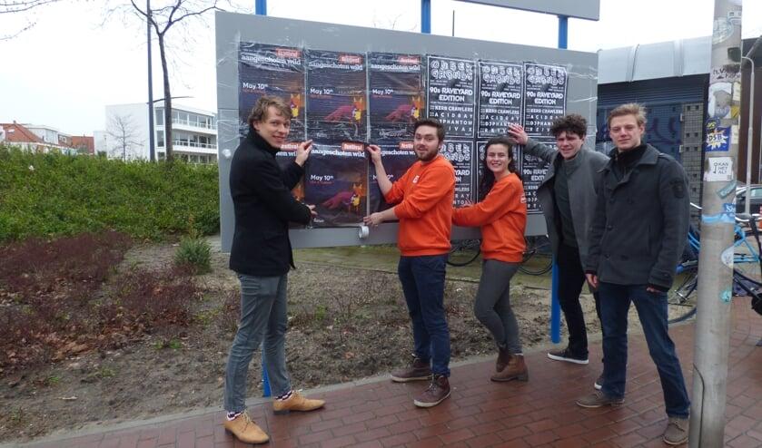 De werkgroep in actie bij één van de nieuwe plakplaatsen. Vlnr: Sybren van der Velde, Daan van der Werf, Effie Leijten, Aron Vink & Tjeu Peeters