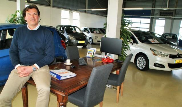 De nieuwe eigenaar Johan van der Plaat in de showroom van Auto's Kleyweg in Den Hoorn.