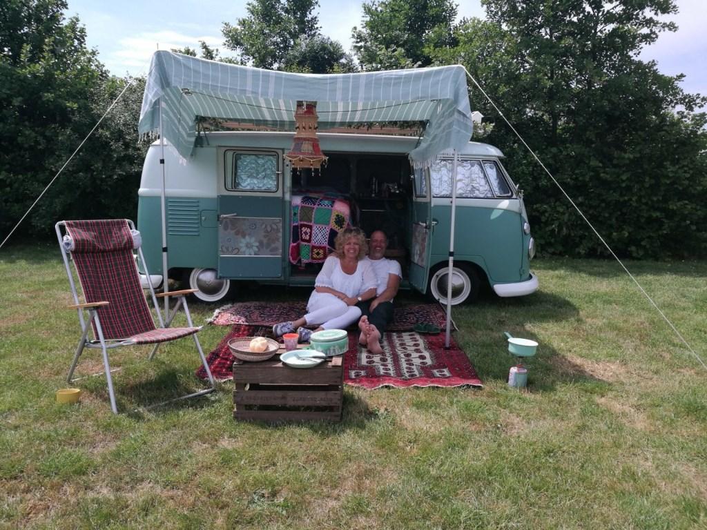 Ted en Renske lekker met de  VW T1 op vakantie!  © RODI Media-zh
