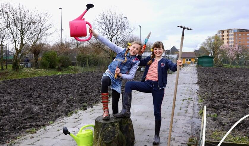 Het plezier spat ervan af bij 'Kindertuiners' Amber en Lotte (Foto: Koos Bommelé)
