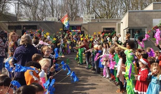 Kinderen vormden een erehaag bij de opening van het MKC in Delft.
