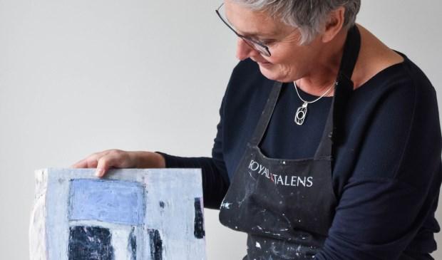 Inge van Aalst showt een van haar werken