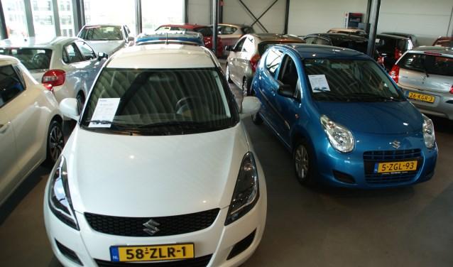 De eerste verdieping van Suzuki Kees Balvert in Ypenburg, vol met occasions van alle merken.