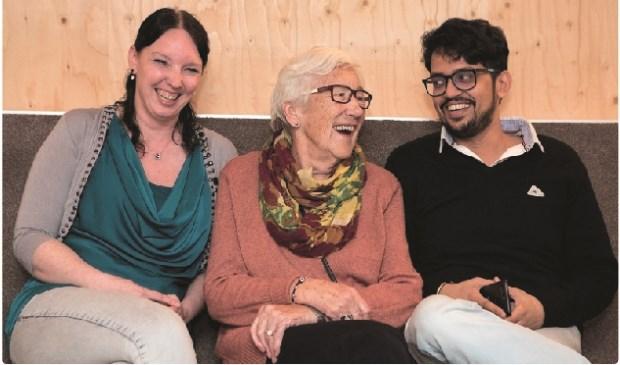 De verschillende bewoners van Abtswoude Bloeit! ontmoeten elkaar in de Woonkamer van de Wijk (Foto: Esther de Cuijper)
