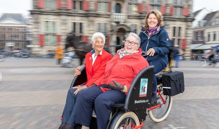 Ouderen comfortabel in hun riksja, op wie het effect van de fietstochtjes fantastisch is.