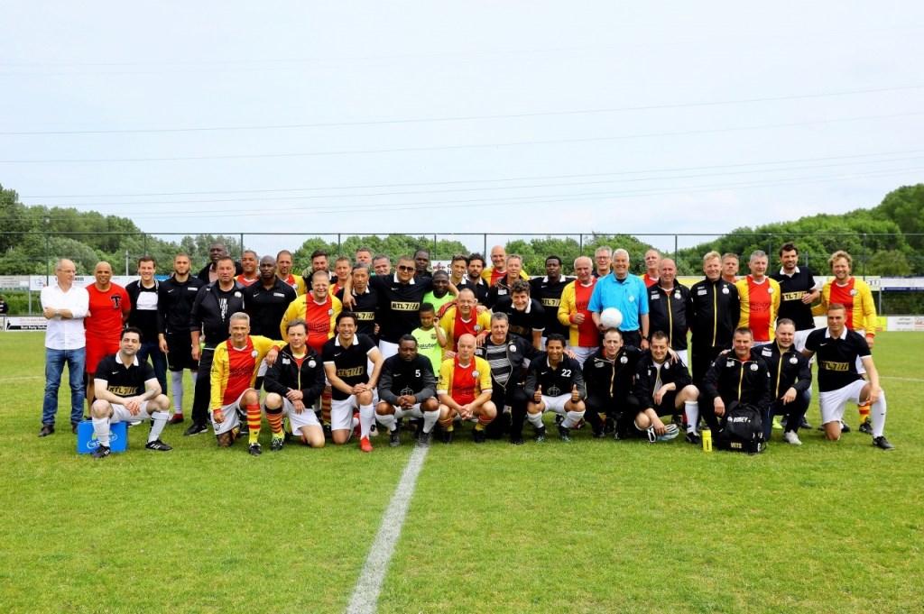 Voetbalwedstrijd tussen de veteranen van SEP en het Artiestenelftal van RTL7.