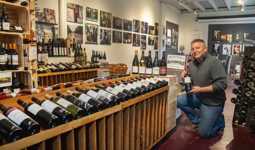 Guy van Hoek bij een deel van het assortiment wijnen.