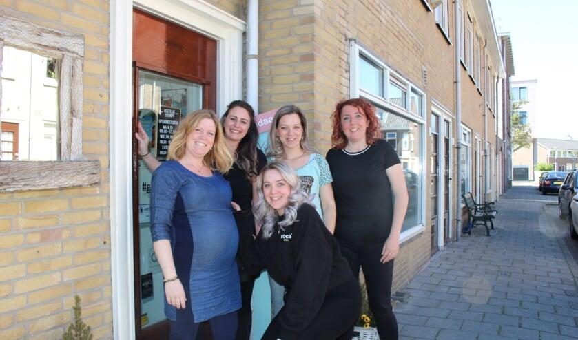 Mandy, Romy, Stephenie, Rebecca en Tess. Gezellige dames, maar vooral ook deskundig en gemotiveerd. (Foto: EvE).