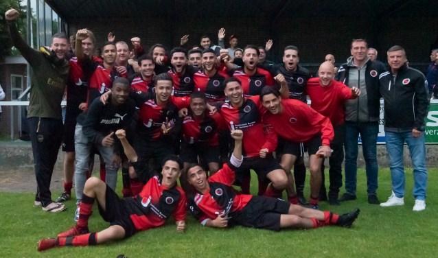 De mannen van Laakkwartier vieren feest na de overwinning in de finale van de RODI Media/DSW Zorgverzekeraar Delftse Beloftencompetitie en spelen op 6 juli een oefenwedstrijd tegen ADO Den Haag. (foto: Roel van Dorsten)