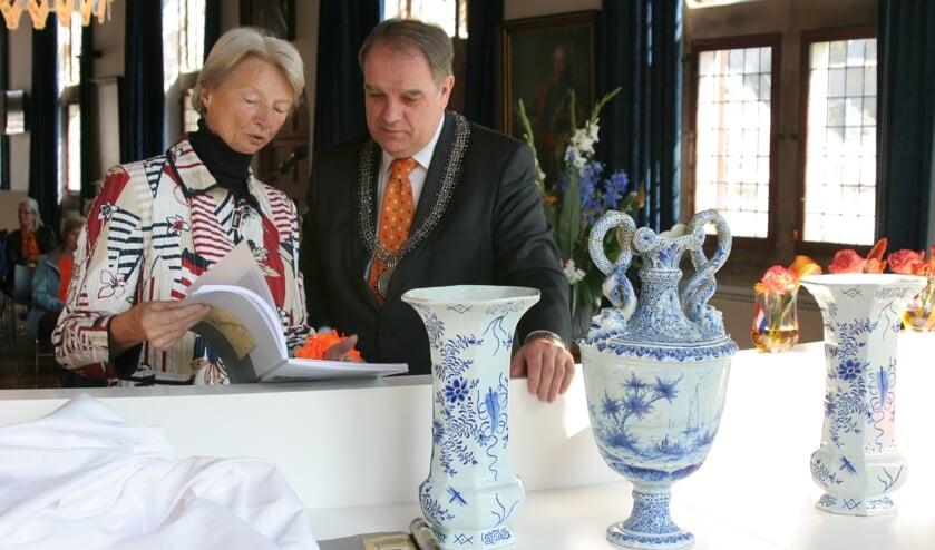 Drie Delfts-blauwe vazen in het Prinsenhof zijn tastbare herinnering aan de stedenband Delft-Aarau.