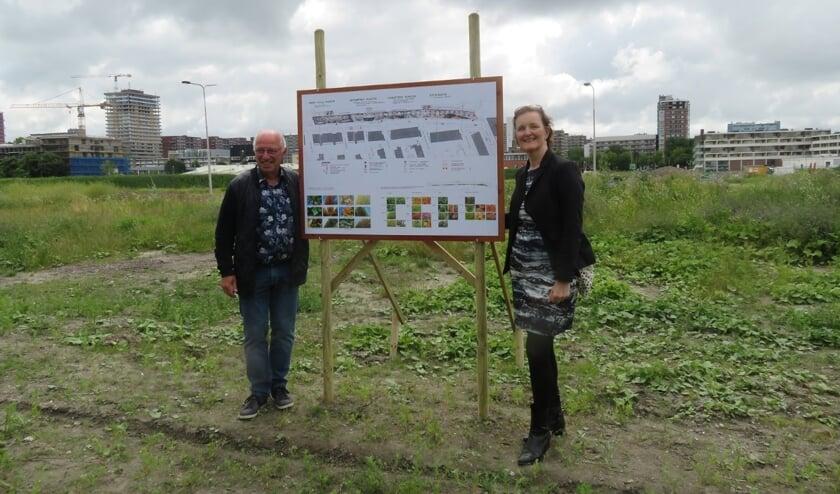 Frans Postma, namens buurtvereniging Delftzicht, en wethouder Huijsmans (rechts), tevens buurtbewoner, onthulden samen een bord met ideeën voor de verdere invulling van de parkstrook.