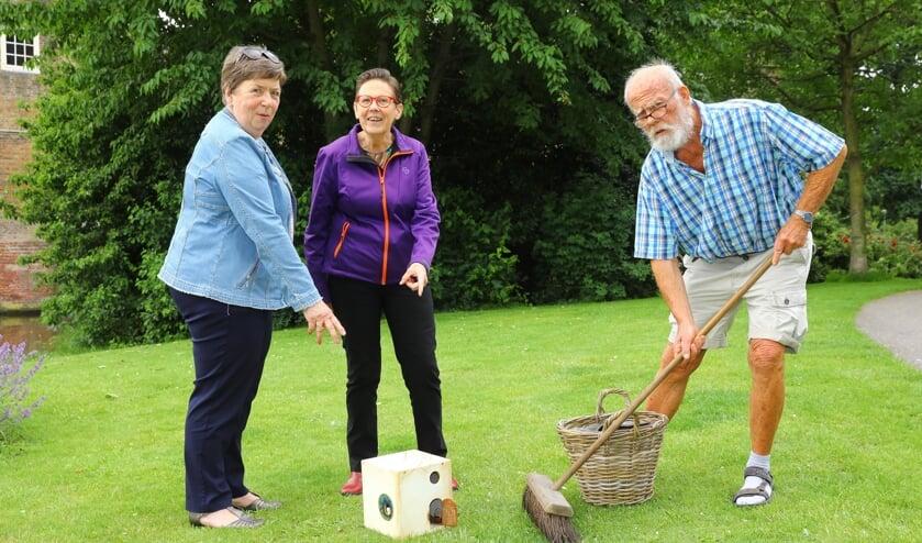 De dames Franny Pellicaan en Elly Eijkelhof bezorgden de Doorkijker bij zwerfvuilraper Willem Dijk (Foto: Koos Bommelé)