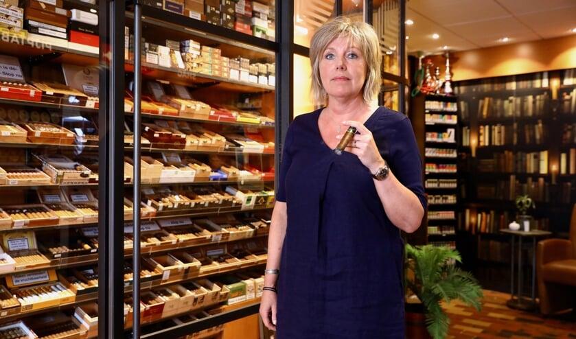 Marjolein van Renssen, een tevreden sigarenroker (Foto: Koos Bommelé)