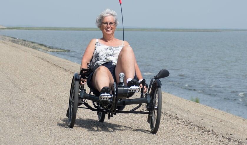 Irma Scheurink in de trikebike waar ze ongeveer 1600 kilometer mee weg zal trappen voor het goede doel