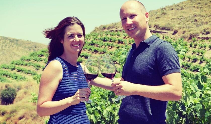 Kirsten en Christiaan proosten met een rode wijn waar een verhaal aan vast zit