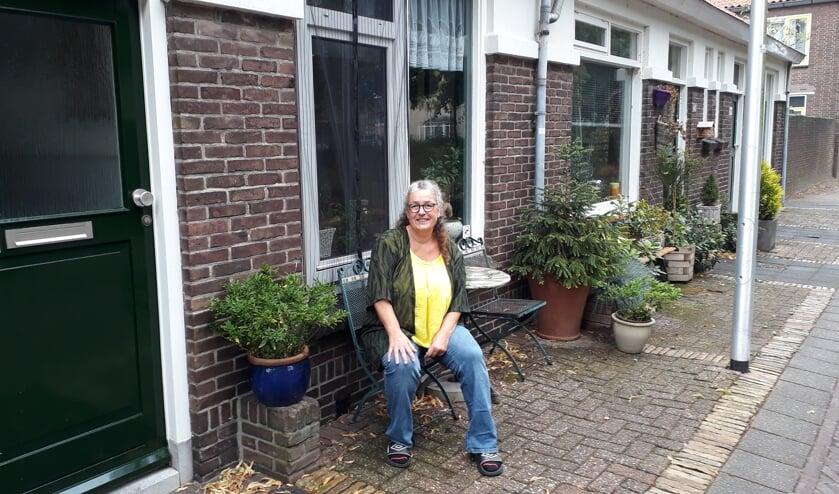 Sandra van Drongelen voor haar huis in de Lombokstraat (Foto: RSAJ)