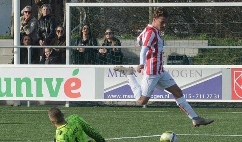 Vleugelflitser Maurizio snelt namens SV Den Hoorn langs de keeper van de tegenstander