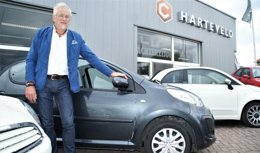 Leo Harteveld voor zijn bedrijf bij de Top Occasion van deze maand.