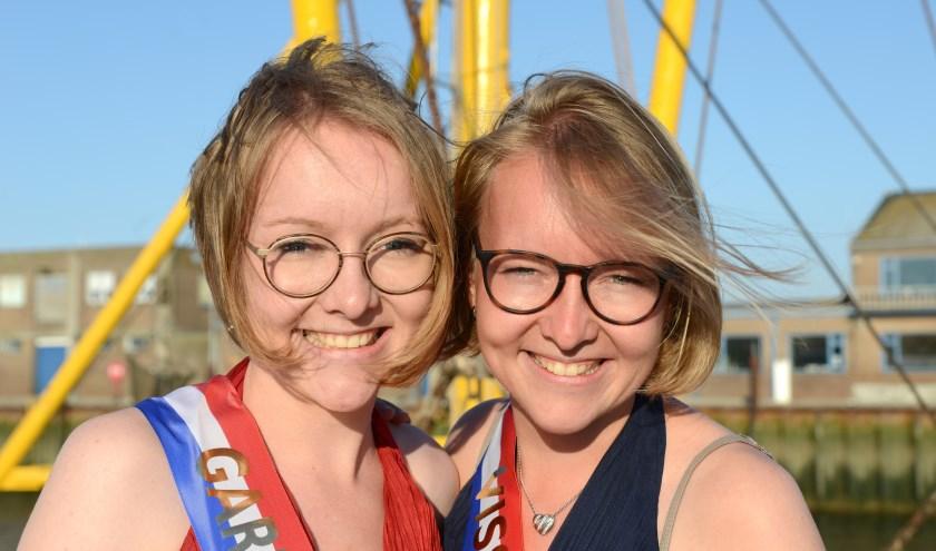 De tweeling Claudia (l) en Lizette Brakman zijn dit jaar opnieuw de Garnalenprinses en Visserijkoningin van Breskens. Foto Peter Verdurmen
