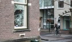 """Pantserglas burgemeesterskamer in Baarn ingegooid. Afgelopen nacht is er een poging gedaan om het pantserglas van de burgemeesterskamer van Mark Röell in Baarn in te gooien. Zeker twee grote sterren zitten in het het raam. Vermoedelijk zijn de daders enige tijd bezig geweest met het """"inslaan"""" gezien"""