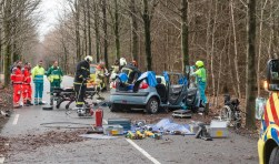 De brandweer is 3 kwartier druk geweest om een slachtoffer op de Hoge Vuurseweg in Lage Vuursche uit een wrak te bevrijden.