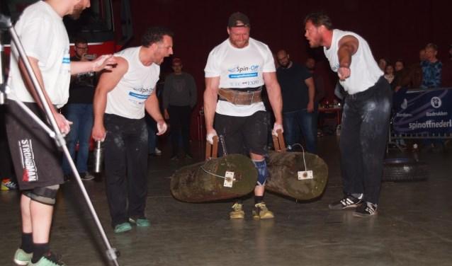 Gijs Boeijen in actie in Leeuwarden, met 100 kg in iedere hand.