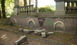 Ernstige vernielingen aan Rijksmonument in het Baarnse Cantonspark. Van de uit 1750 stammende colonnade is een stenen hekwerk gesloopt en van een tweede hekwerk zijn twee stenen stijlen gesloopt. Wandelaars in het park bevestigde mij dat dit heel kort geleden gebeurd moet zijn. De gemeente Baarn is