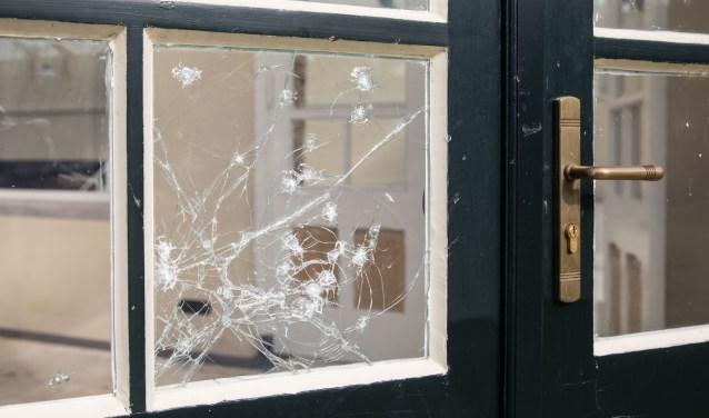 Aan de Baarnse Wintertuin zijn naast een poging inbraak zware vernielingen gepleegd. Een klein raam in de serre deur is geprobeerd te slopen om mogelijk binnen te komen. Daarnaast zitten in 8 grote ramen (gehard glas) 26 kogel inslagen. Een groot raam heeft een barst over de gehele breedte. Of het e