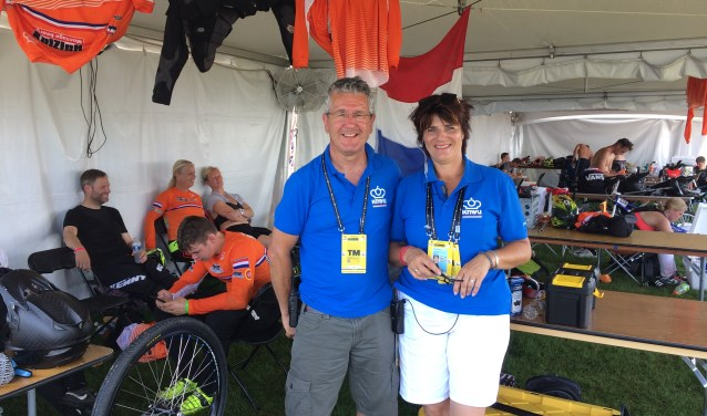 De twee chefs d'equipe, Brigitte Verkuijl en Frank Smulders, in de tent langs het circuit in Rock Hill.