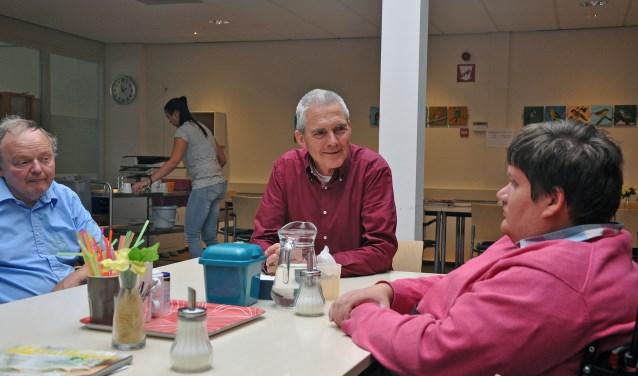 Willem Baas (midden) in gesprek met Eddy de Goede (links) en Maarten Kooij.