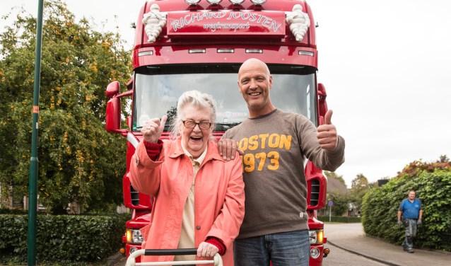 De 88 jarige mevrouw Greet de Vries heeft er niet van geslapen. In het kader van de Nationale Ouderendag gaat ze met de Baarnse trucker (eigen rijder) Richard Joosten op stap. In zijn Scania trekker met oplegger gaat ze de lading, pallets met lege dozen voor een tomatenkweker, naar het Westland bren